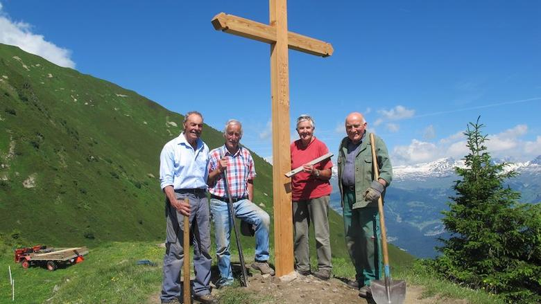 Johann Joos, Michael Pöhl, Anni Messmer und Jakob Bardill präsentieren das von ihnen gestiftete und verarbeitete Kreuz auf dem Tenner Chrüz (2020 müM)